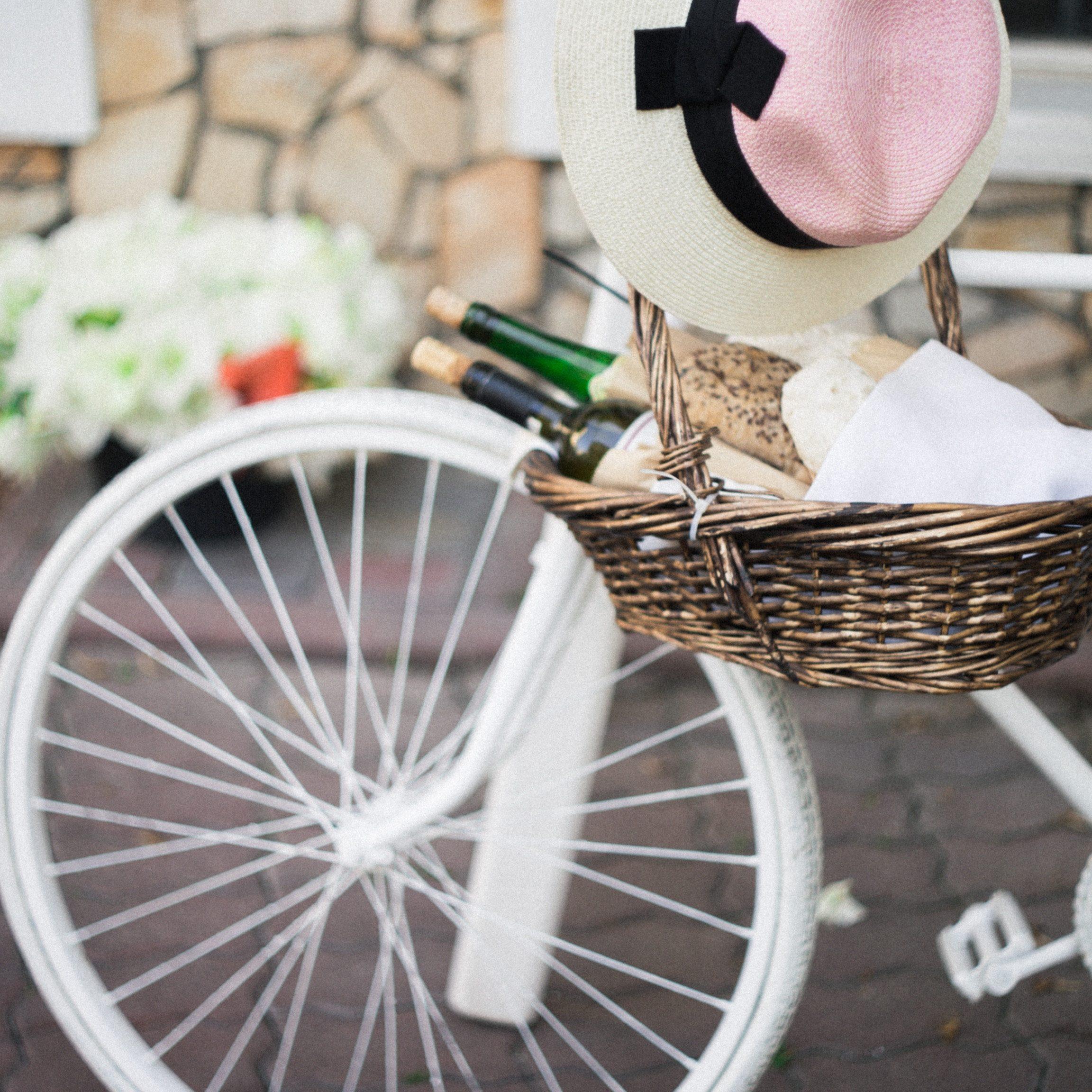 Weinflaschen in Korb an einem Fahrrad in Frankreich